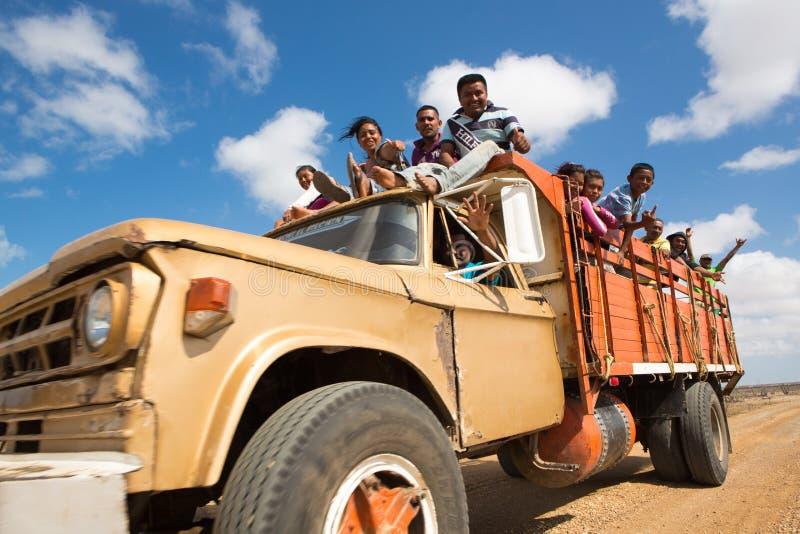 Indiano Wayuu che viaggia su un camion in La Guajira immagine stock