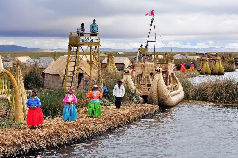 Indianos na ilha de Uros. fotografia de stock
