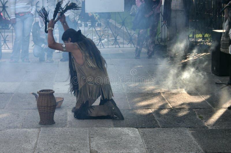 Indianos que fazem uma dança ritual #2 foto de stock