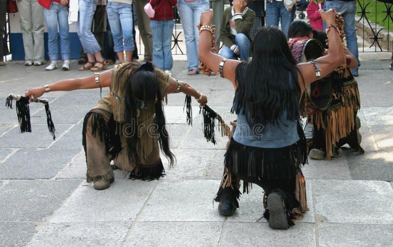 Indianos que fazem uma dança ritual imagem de stock