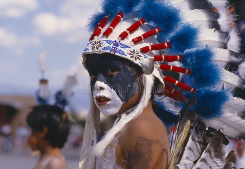 Indianpojke med befjädrad huvudbonad