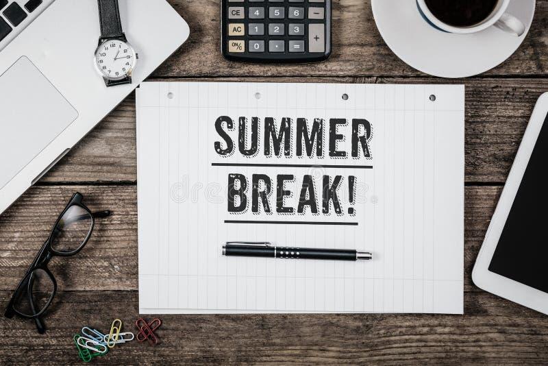 Indicação da ruptura de verão no bloco de notas na mesa de escritório de cima de fotos de stock