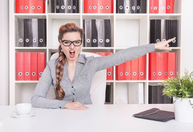 Indicação irritada do chefe da mulher de negócio Conceito da destituição fotos de stock royalty free