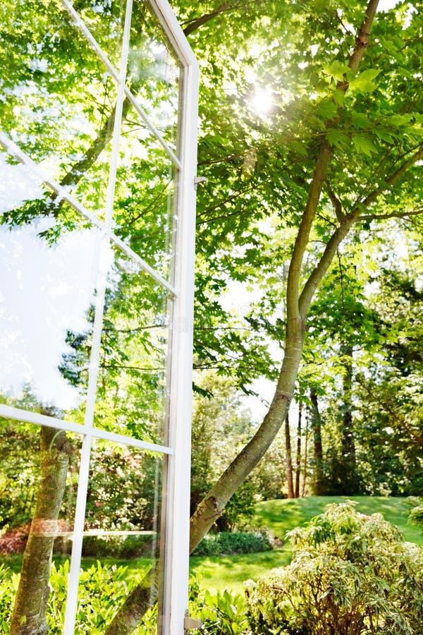 Indicador aberto ao jardim do verão foto de stock