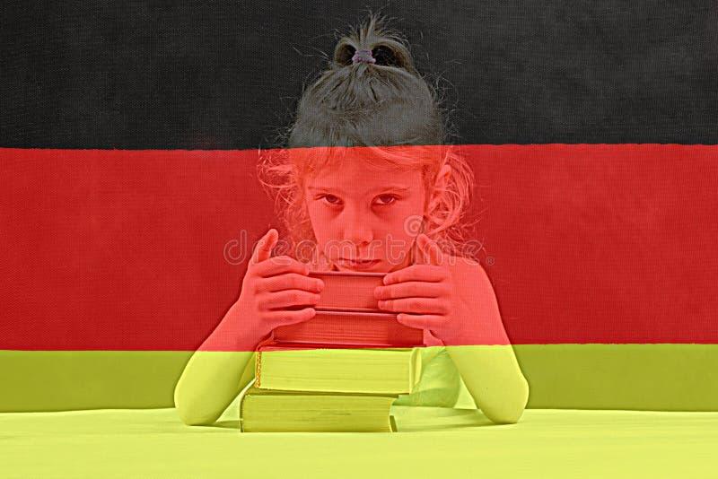 Indicador alemán la muchacha rubia quiere aprender alemán Exposición doble imagenes de archivo
