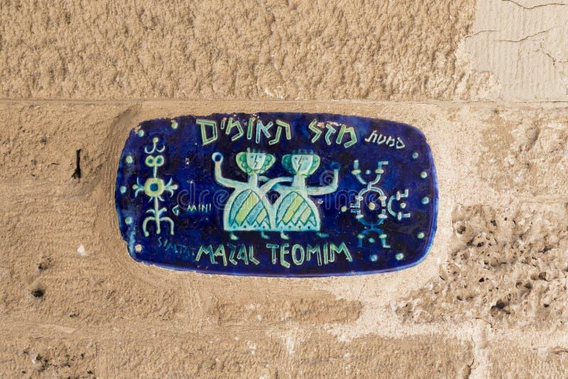 Indicador de cerámica en constelaciones de Gemini Street en Jaffa, teléfono foto de archivo libre de regalías