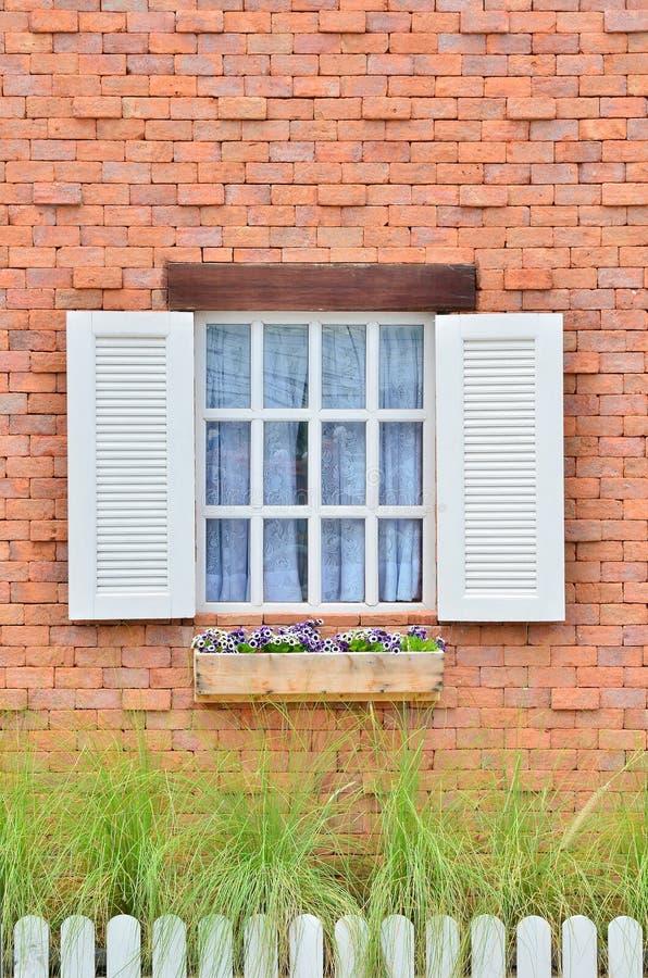 Indicador de madeira branco bonito na parede de tijolo foto de stock royalty free