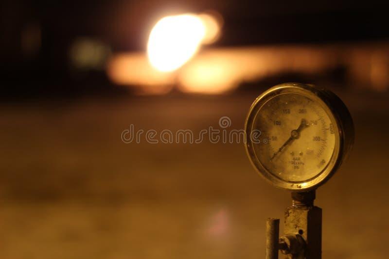 Indicador de presión en campo petrolífero imagen de archivo