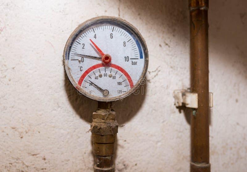 Indicador de presión, manómetro en el cierre de cobre del tubo encima del tiro, foto de archivo