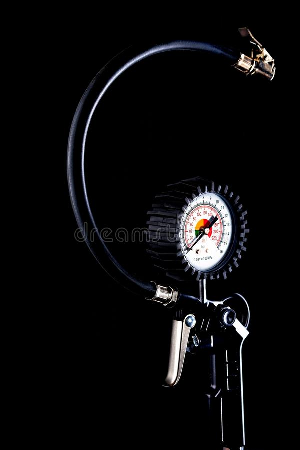 Indicador de presión de neumáticos en el primer oscuro del fondo fotos de archivo