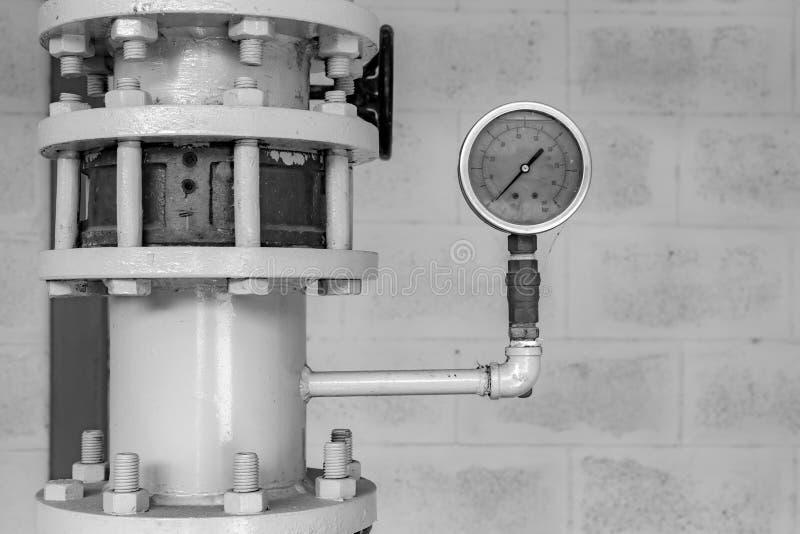 Indicador de presión y tubo viejos del acero imagen de archivo