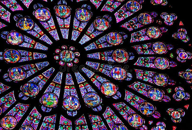 Indicador de vidro colorido do Notre Dame de Paris imagem de stock