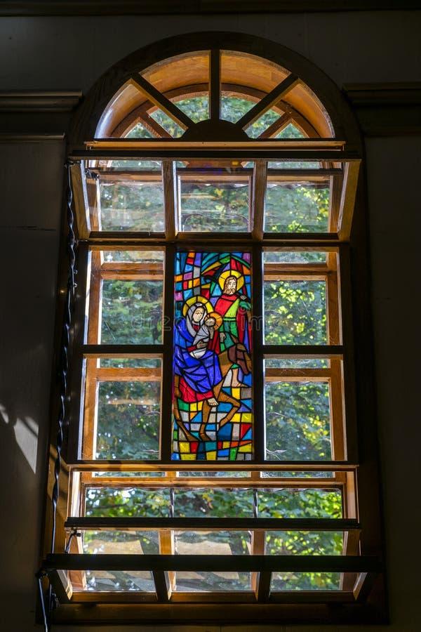 Indicador de vidro manchado da igreja fotografia de stock