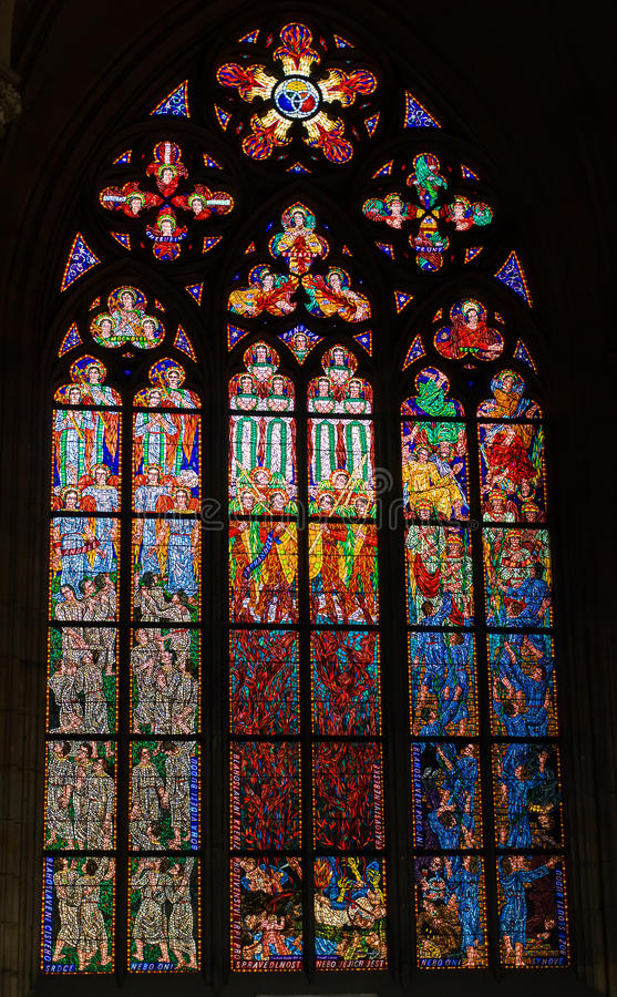 Indicador de vidro manchado na catedral de St.Vitus imagem de stock