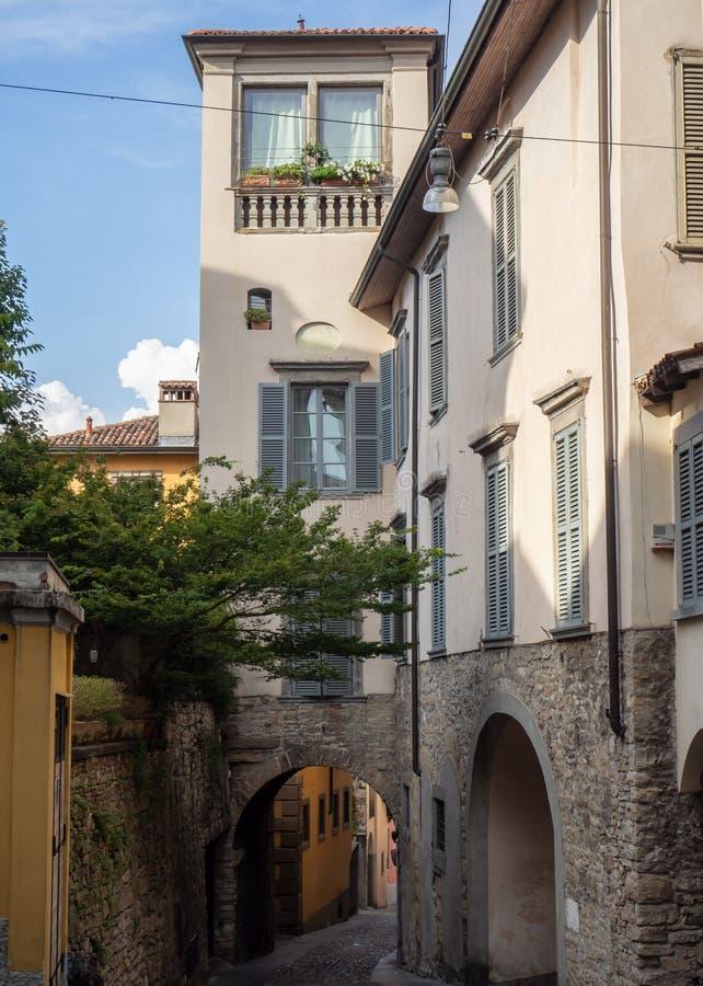 Indicador decorativo de um tenement histórico Vistas das ruas da cidade velha imagem de stock royalty free