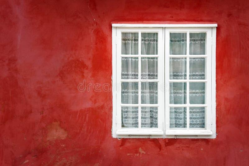 Indicador decorativo em uma parede vermelha velha do estuque fotos de stock royalty free