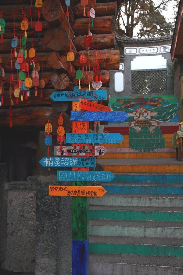 Indicador do Guidepost em uma cidade antiga fotos de stock