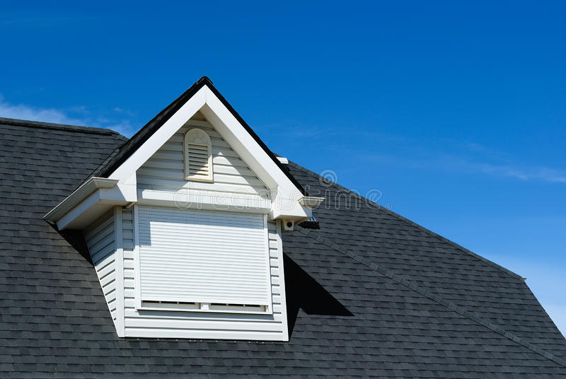 Indicador do sótão no telhado telhado foto de stock