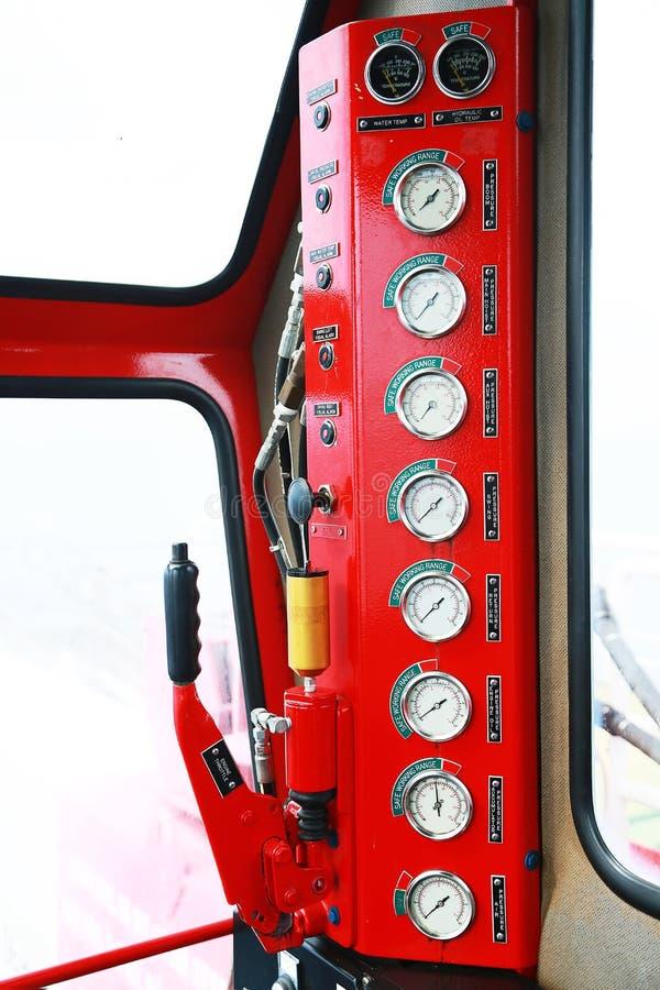 Indicador hidráulico da carga na sala de comando, na exposição do calibre mostrar o estado do sistema hidráulico e do monitor pel foto de stock royalty free