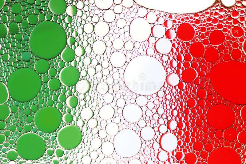Indicador italiano Ciérrese para arriba de descenso del aceite en superficie del agua fotos de archivo