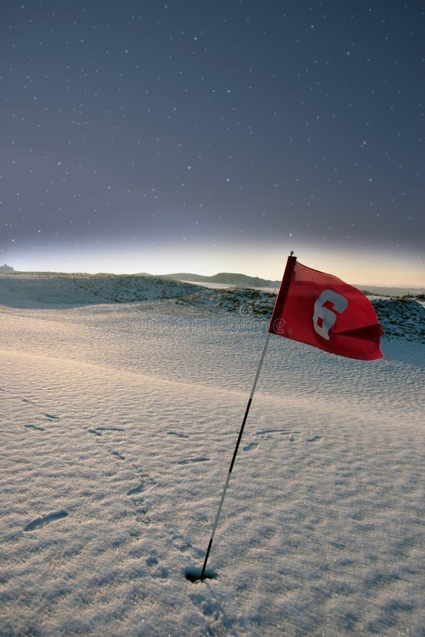 Indicador nevado del campo de golf de las conexiones en la noche foto de archivo libre de regalías