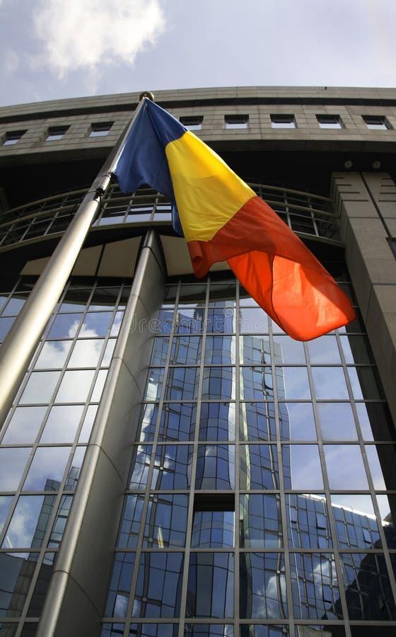 Indicador rumano delante del parlamento de la UE fotografía de archivo