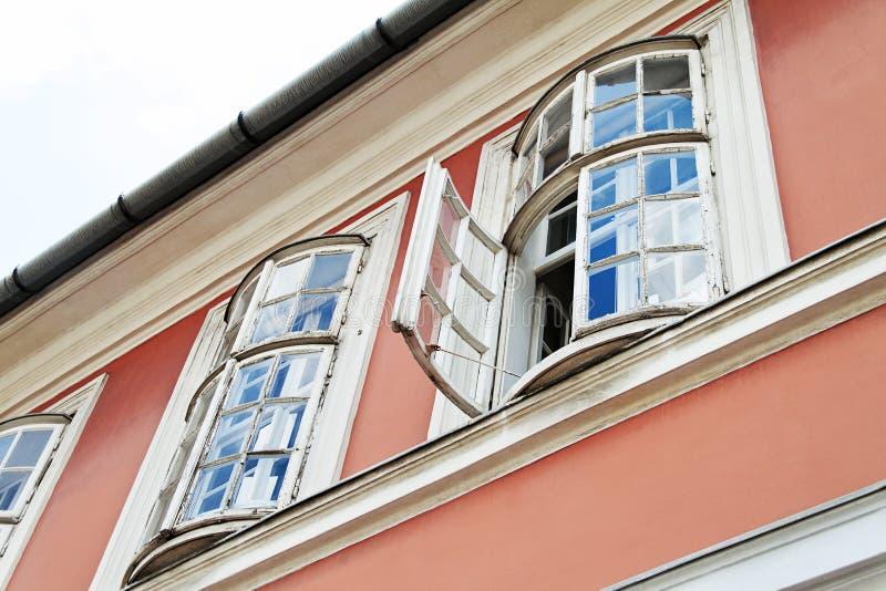 Indicador velho da casa em um edifício de apartamento velho fotos de stock royalty free