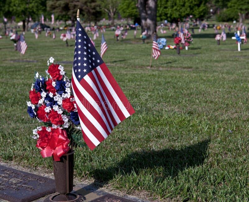 Indicador y flores del Memorial Day de Grave de Veteran's imagen de archivo libre de regalías