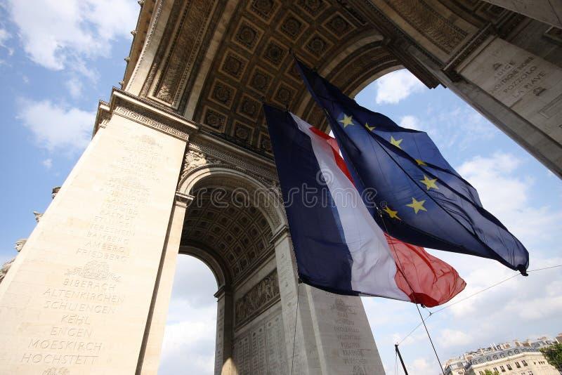 Banderas debajo de Arco del Triunfo foto de archivo libre de regalías