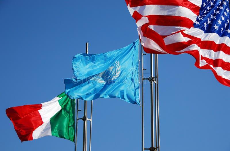 Indicadores de los E.E.U.U., de Italia y de la O.N.U fotografía de archivo