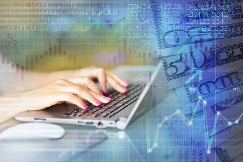 Indicadores del mercado de acción o concepto del estudio de los datos financieros con la mujer en el ordenador portátil fotografía de archivo