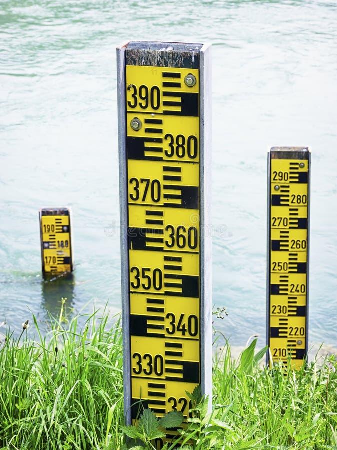 Indicadores del nivel del agua fotos de archivo