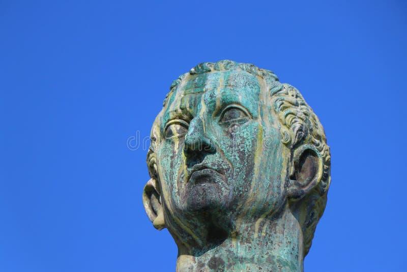 Indicadores velhos bonitos em Roma (Italy) Estátua de Nerva fotos de stock