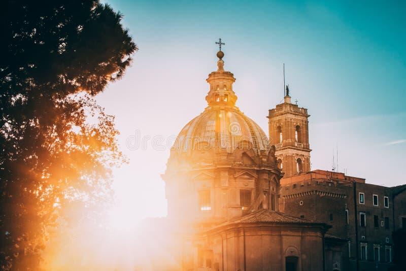 Indicadores velhos bonitos em Roma (Italy) Luz do sol bonita de Sun através de Santi Luca E Martina Church And Senatorial Palace  fotografia de stock royalty free