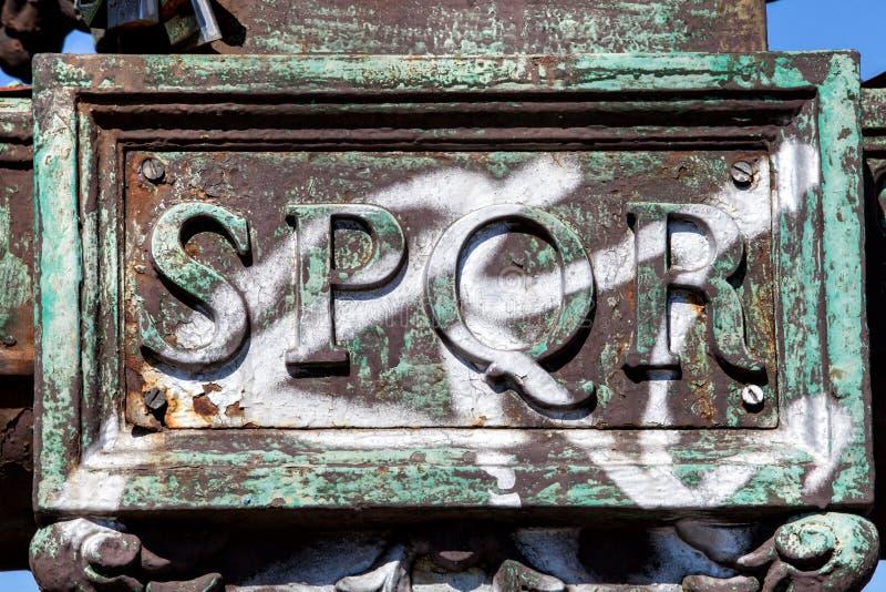 Indicadores velhos bonitos em Roma (Italy) SPQR inscrição do metal de Roman Senate e dos povos fotos de stock