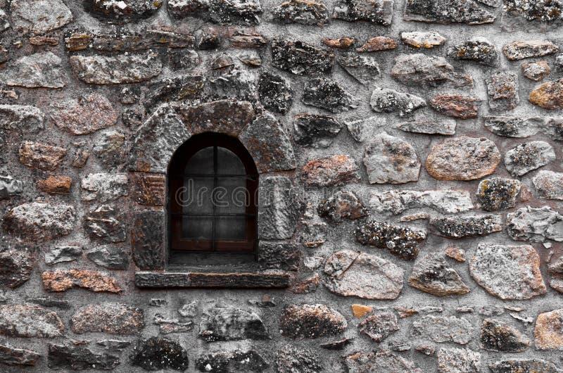Indicadores velhos na parede de tijolo imagens de stock