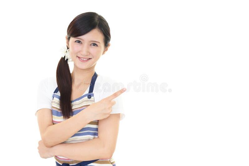 Download Indicare Asiatico Sorridente Della Casalinga Fotografia Stock - Immagine di giapponese, salute: 56883630