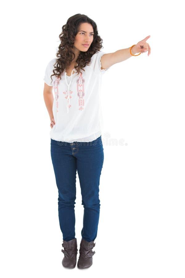 Indicare d'uso castana attraente serio dell'abbigliamento casual immagini stock