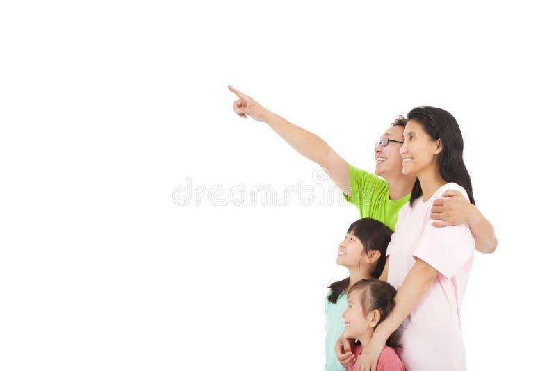 Indicare e sguardo felici della famiglia fotografia stock