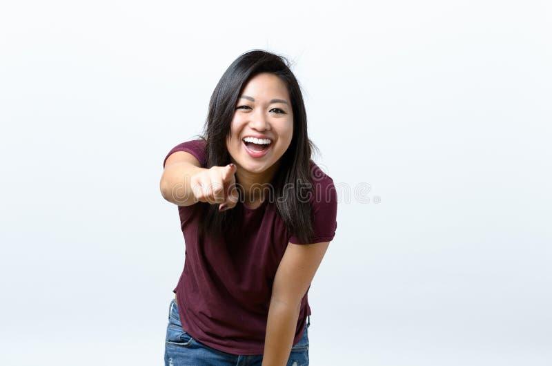 Indicare vivace di risata della giovane donna immagini stock libere da diritti