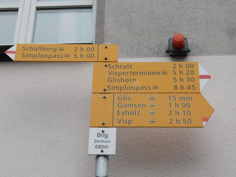 Indicateur au centre de la ville de Brig, Suisse photo libre de droits
