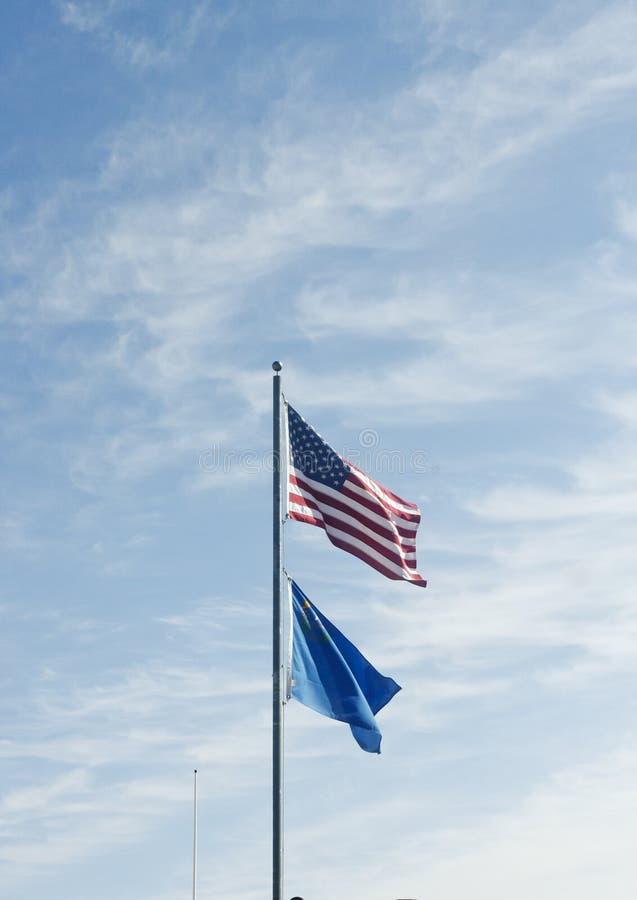 Indicateur d'Américain et du Nevada contre un ciel gentil image libre de droits