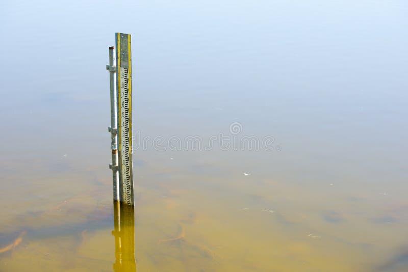 Indicateur de niveau de l'eau dans l'eau de rivière ou de barrage photographie stock