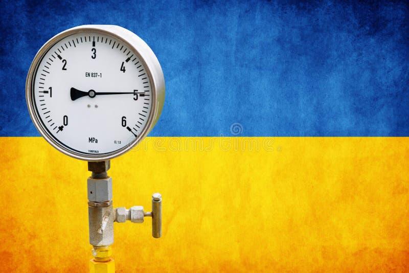Indicateur de pression de tête de puits sur le drapeau Ukraine images stock