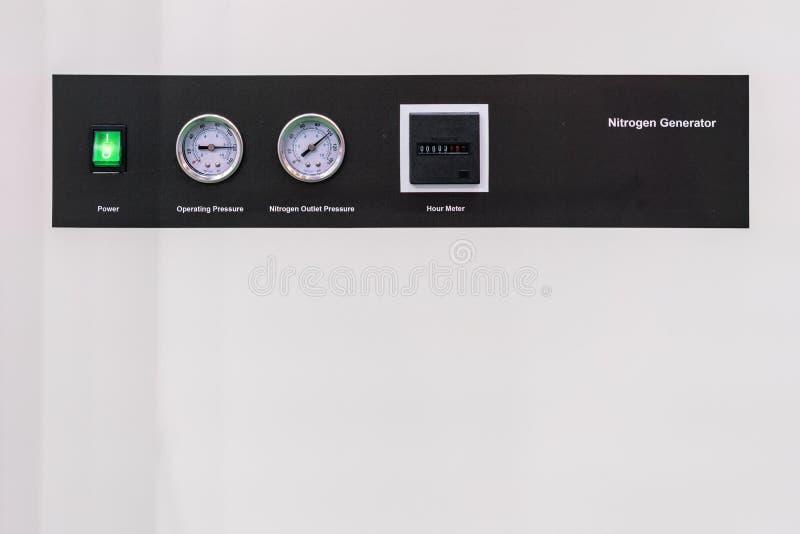 Indicateur de pression - mètre d'heure et commuter le courant électrique sur pour installer au générateur d'azote de panneau de c images stock