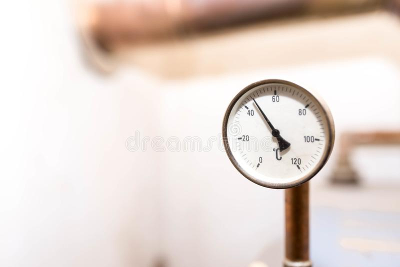 Indicateur de pression de tube mesurant la température de l'eau sur le système central de chauffage domestique photo stock
