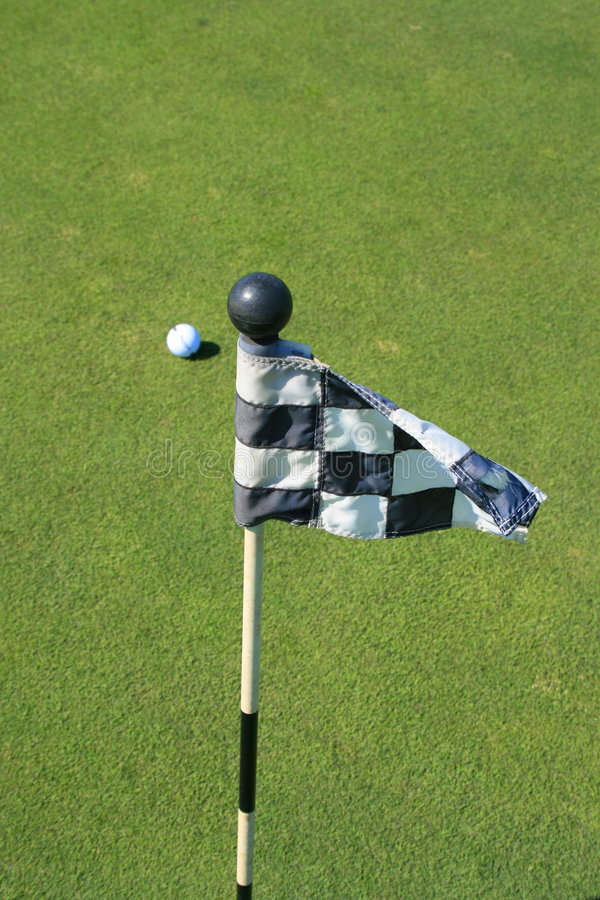 Indicateur de terrain de golf et une bille de golf photos libres de droits