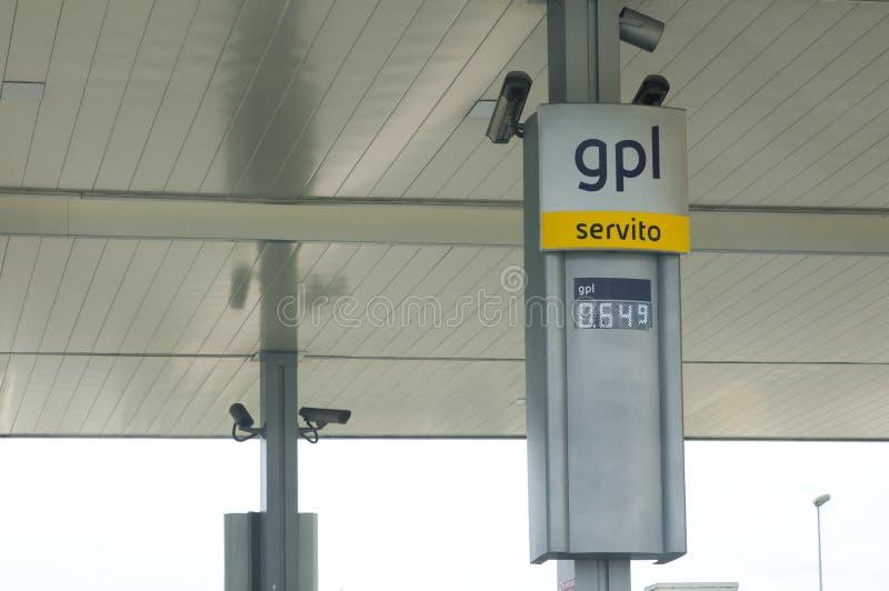 Indicateur des prix de LPG dans une station service italienne photographie stock