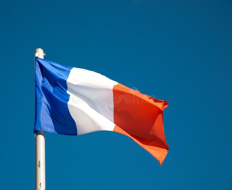 Indicateur français contre le ciel bleu images stock