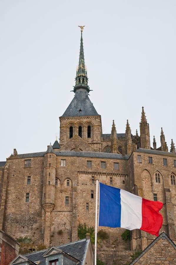 Indicateur français devant le Saint-Michel de Mont. photos libres de droits